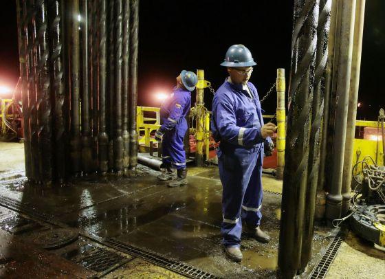 Un operario prepara una perforadora en un pozo en Venezuela.