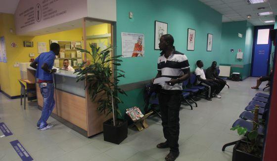 Inmigrantes africanos, en un centro de salud en Bilbao.