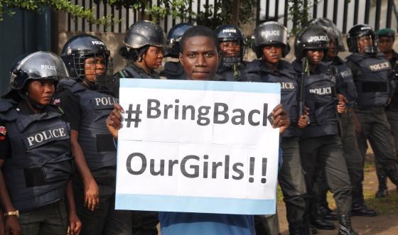 Un hombre reclama la liberación de las alumnas secuestradasen abril, el 14 de octubre en Abuya, Nigeria.