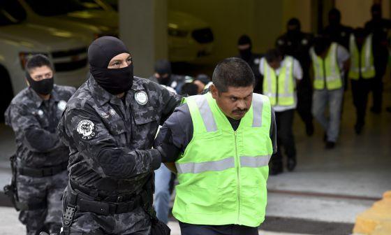 La policía presenta a algunos involucrados en la masacre de Iguala.