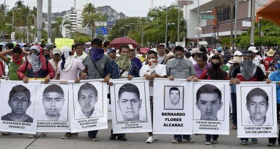 Estudiantes protestan en Acapulco por los 43 desaparecidos.