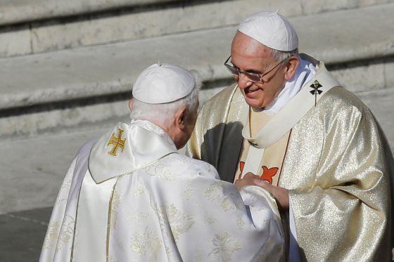 Francisco y Benedicto XVI se saludan en la beatificación de Pablo VI.