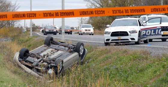 El coche volcado del joven que atropelló a los soldados.