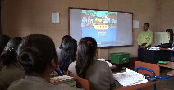 En aulas de Latinoamérica, un televisor logra triplicar la matrícula