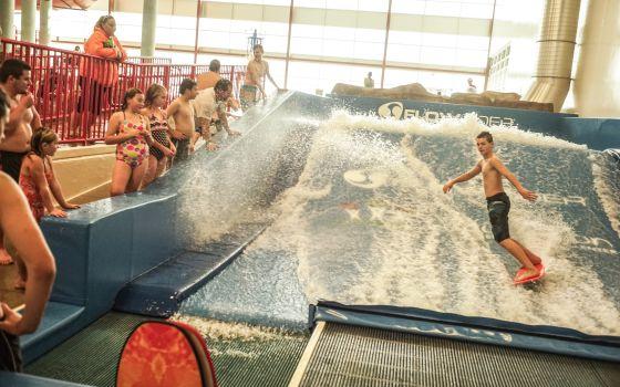 La piscina de surf, en un centro cívico que ha costado 76 millones de dólares, es un signo del bienestar financiado por el boom.