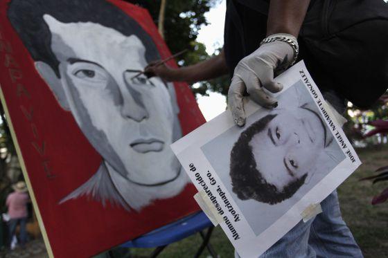 Un pintor hace un retrato de uno de los estudiantes desaparecidos.