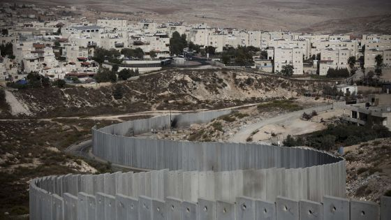 El asentamiento de Pisgat Zeev, en Jerusalén Este, y el muro de separación.
