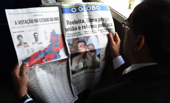 Un hombre lee un periódico brasileño.
