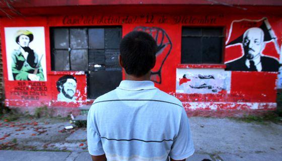 Un estudiante de la Normal de Ayotzinapa. A la derecha, una imagen de Lucio Cabañas.