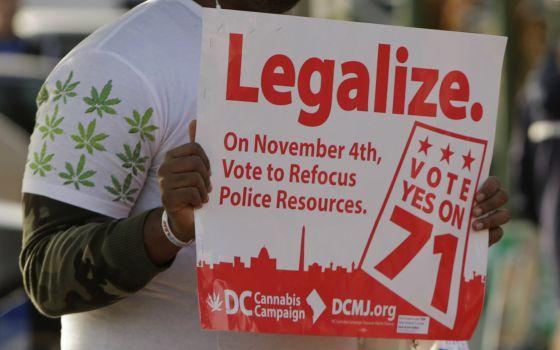 Un hombre a favor de la Iniciativa 71, este martes en Washington.