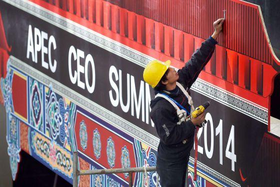 Un trabajador chino en los preparativos de la cumbre de la APEC.