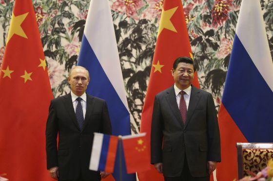 El presidente ruso, Vladímir Putin, y su homólogo chino, Xi Jinping, en su encuentro de ayer en Pekín.