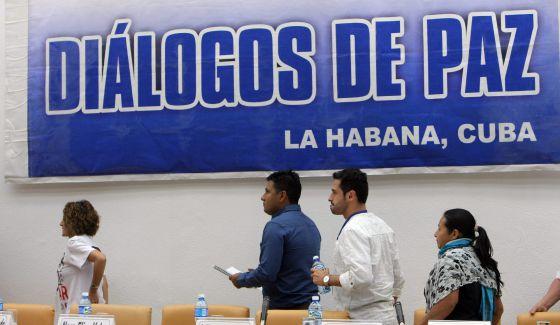Un grupo de víctimas participa en los diálogos de paz en La Habana.