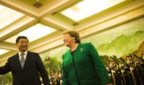 El presidente chino y la mandataria chilena, en Pekín el 12 de noviembre
