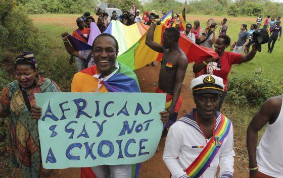 """""""Ser africano y gay no es una elección"""", dice la pancarta de un manifestante en el Orgullo Gay de Kampala (Uganda) en 2012."""
