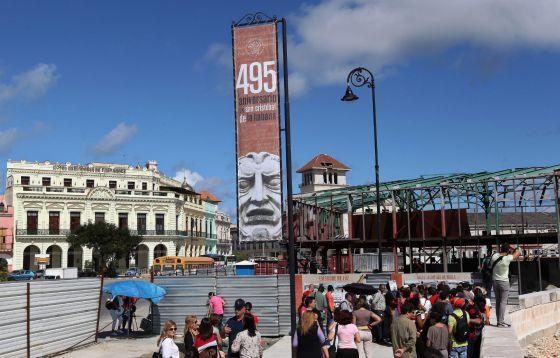 Varias personas en el Centro de La Habana, este lunes.