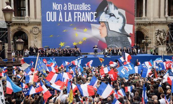 Seguidores del Frente Nacional francés en un mitin de Marine Le Pen, líder del partido, el pasado 1 de mayo en París.