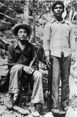 Lucio Cabañas (izquierda), maestro de Guerrero y miembro del movimiento guerrillero en una foto de los setenta. Lo acompaña Pedro Hernández.