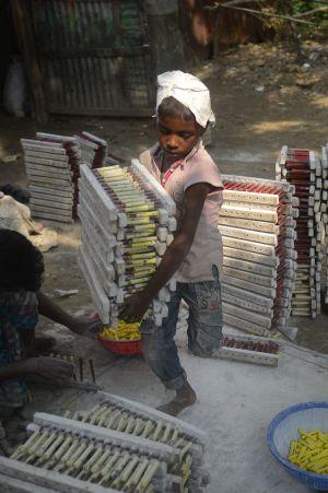 Un niño trabaja en una fábrica de globos en Bangladesh el pasado octubre.