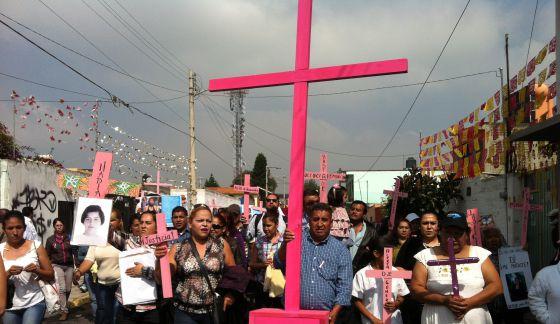 Un grupo de personas recorren las calles de Chalco en protesta por los feminicidios.