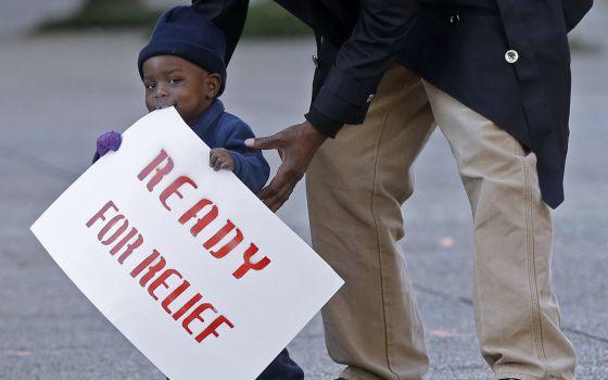 Un niño participa en una protesta a favor de amplias medidas migratorias