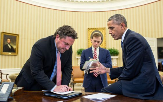 El presidente Obama ultima los detalles de su discurso junto a sus asesores.
