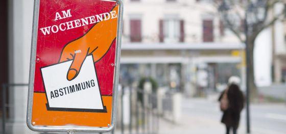 Un cartel en la localidad suiza de Bad Ragaz recuerda la votación de este domingo.