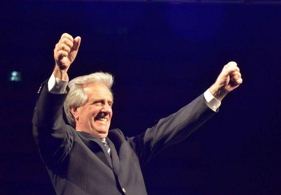 El presidente electo de Uruguay, Tabare Vazquez, celebra su victoria.