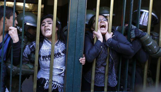 Estudiantes detenidos en Santiago de Chile durante una protesta.