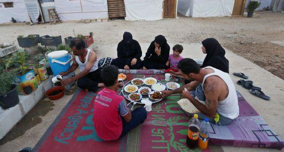 Una familia de refugiados sirios en Líbano, en una imagen de archivo.