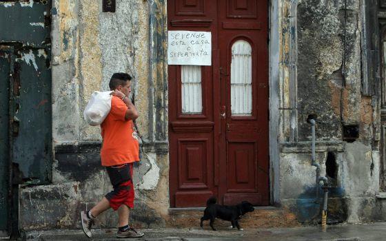 Un hombre pasa frente a una casa en venta en La Habana (Cuba).