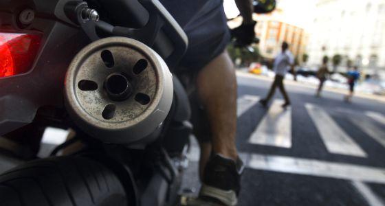 El tubo de escape de un vehículo en una calle de Madrid en 2012.