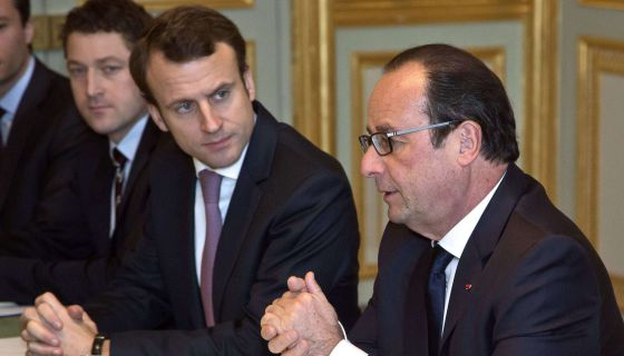 El presidente francés Francois Hollande (derecha) junto al ministro de Economía, Emmanuel Macron.