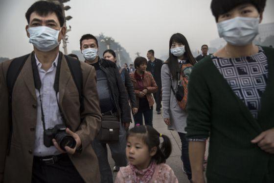 Personas con mascarillas pasean por el centro de Pekín.
