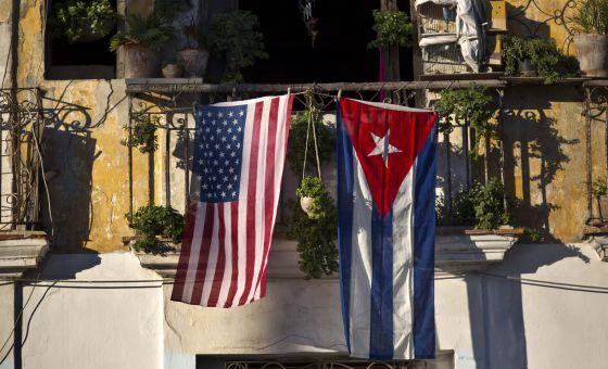 Las banderas de EE UU y Cuba cuelgan en un balcón de La Habana esta semana.rn