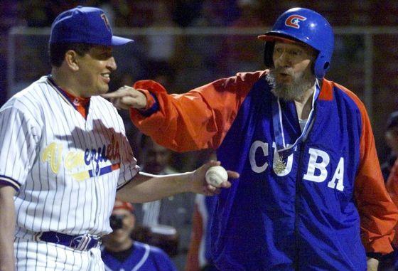 Castro y Chávez, durante un partido de béisbol en Venezuela en 2000.