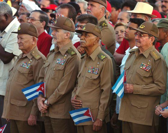Raúl Castro (derecha), junto a varios comandantes cubanos, durante el acto del último aniversario del asalto al cuartel Moncada, en julio de 2007.