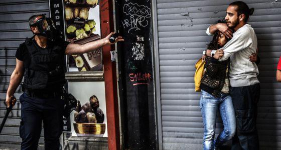 Un policía advierte a dos jóvenes en unas protestas en mayo en Estambul.