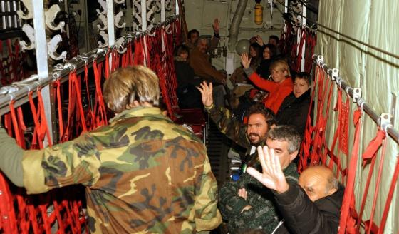 Sobrevivientes, en un avión C-130 de la Fuerza Aérea griega a su regreso de Bari (Italia) a Atenas (Grecia) este lunes / Ministerio de Defensa de Grecia (EFE)
