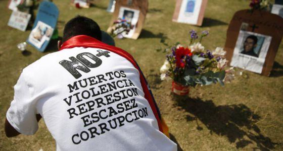 Un ciudadano frente a tumbas de fallecidos por violencia en Venezuela