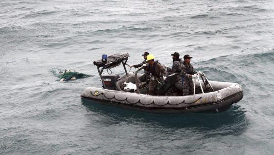 Los equipos de rescate recuperan uno de los cadáveres.