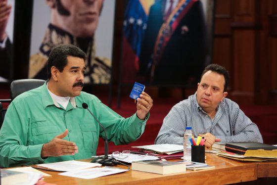 Nicolás Maduro y el ministro para la Economía de Venezuela.