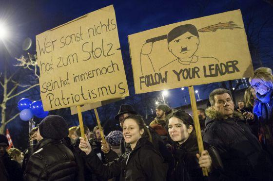 """Una de las pancartas durante la manifestación a favor de la diversidad de razas en Colonia mostraba la imagen de Hitler y la frase """"Sigan a su líder""""."""
