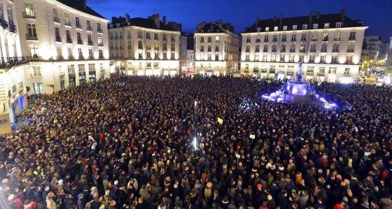 Miles de franceses manifestaron contra los ataques terroristas a 'Charlie Hebdo' en el Palacio Real en Nantes.