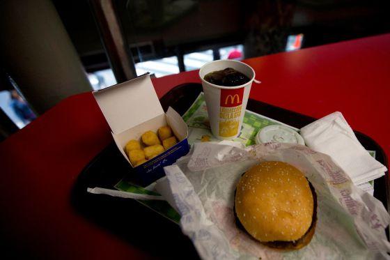 Una hamburguesa acompañada por arepas, en Caracas