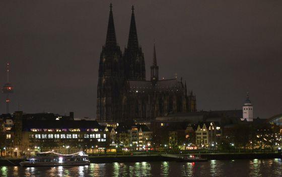 La catedral de Colonia apagó sus luces el lunes en protesta por la manifestación xenófoba convocada por Pegida.