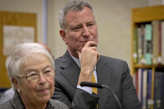 El alcalde de Nueva York, Bill de Blasio, junto a la canciller de Educación, Carmen Fariña.