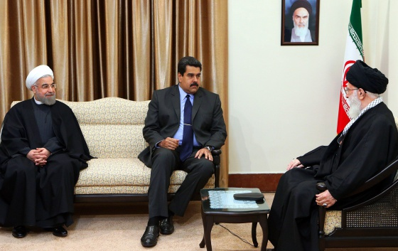 Maduro, entre el ayatolá Ali Jamenei (derecha) y el presidente de Irán, Hasán Rohaní, el sábado en Teherán.