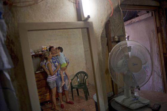 El disidente Wilberto Parada, reflejado en un espejo junta a su mujer y su hijo tras ser excarcelado el pasado viernes.