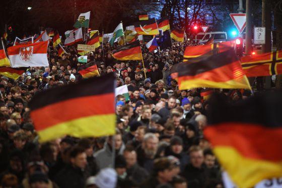 Simpatizantes de Pegida marchan contra los ataques terroristas de París, este lunes en la ciudad alemana de Dresde.